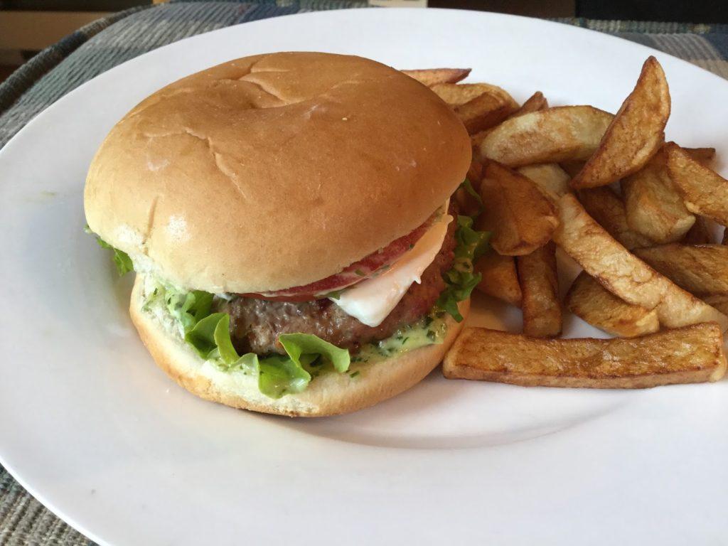 Hamburgers au veau, sauce au pesto, fromage de chèvre