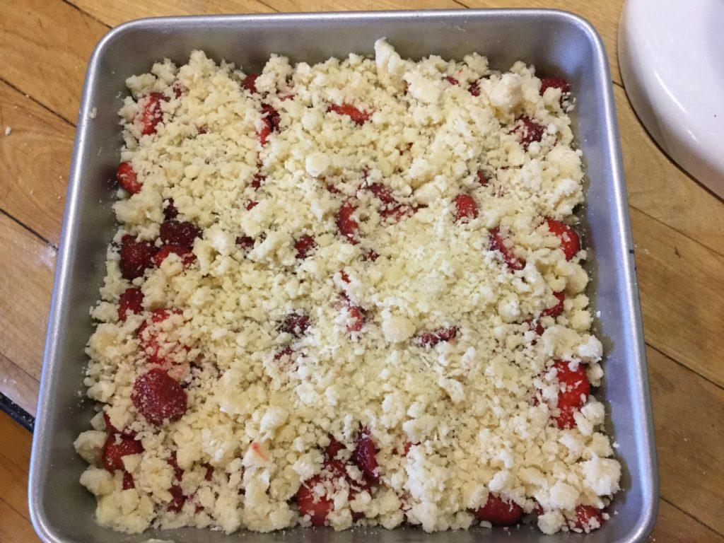 Gâteau aux fraises prêt à mettre au four
