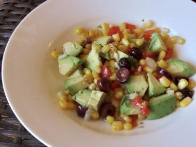 Salade californienne de maïs et d'avocat